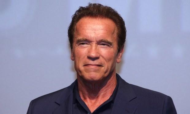 Arnold Schwarzenegger együtt kondizik egy élő szamárral - Videó