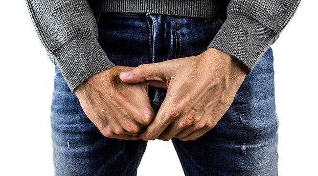 pénisz férfi nadrágban az erekció az