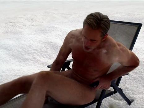 egy férfi, aki megmutatja a péniszét