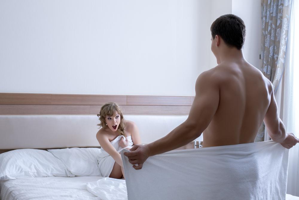 egy kis péniszrel pózol a férfiaknál